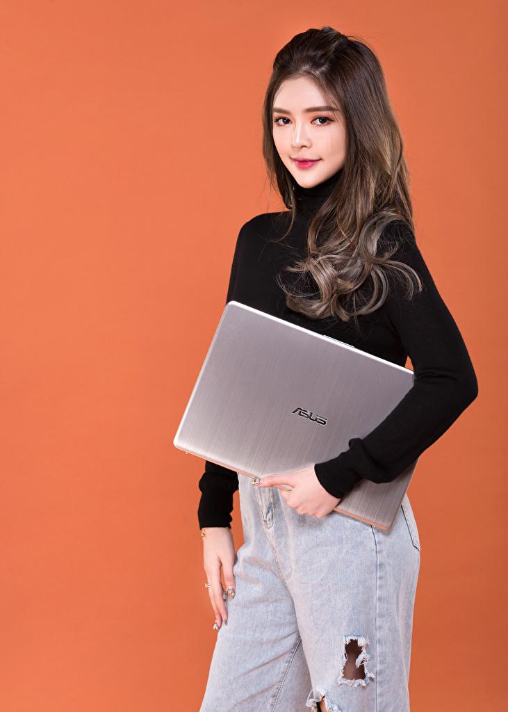 Обои для рабочего стола Ноутбуки Asus Поза девушка Свитер азиатки смотрит Цветной фон  для мобильного телефона ноутбук позирует Девушки молодая женщина молодые женщины Азиаты азиатка свитере свитера Взгляд смотрят