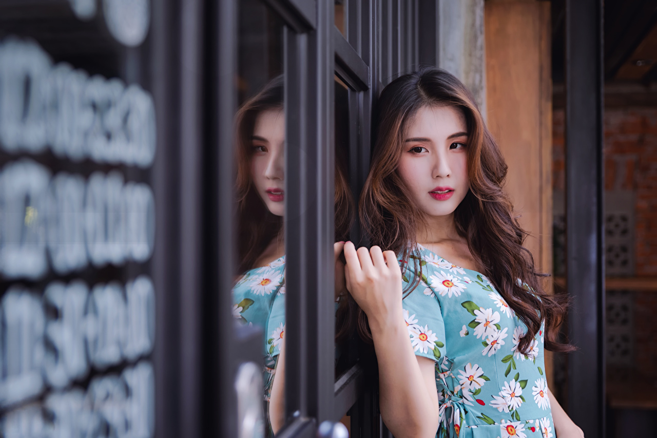 Фото Красивые прически Волосы Девушки азиатка смотрит Платье красивый красивая Причёска волос девушка молодые женщины молодая женщина Азиаты азиатки Взгляд смотрят платья