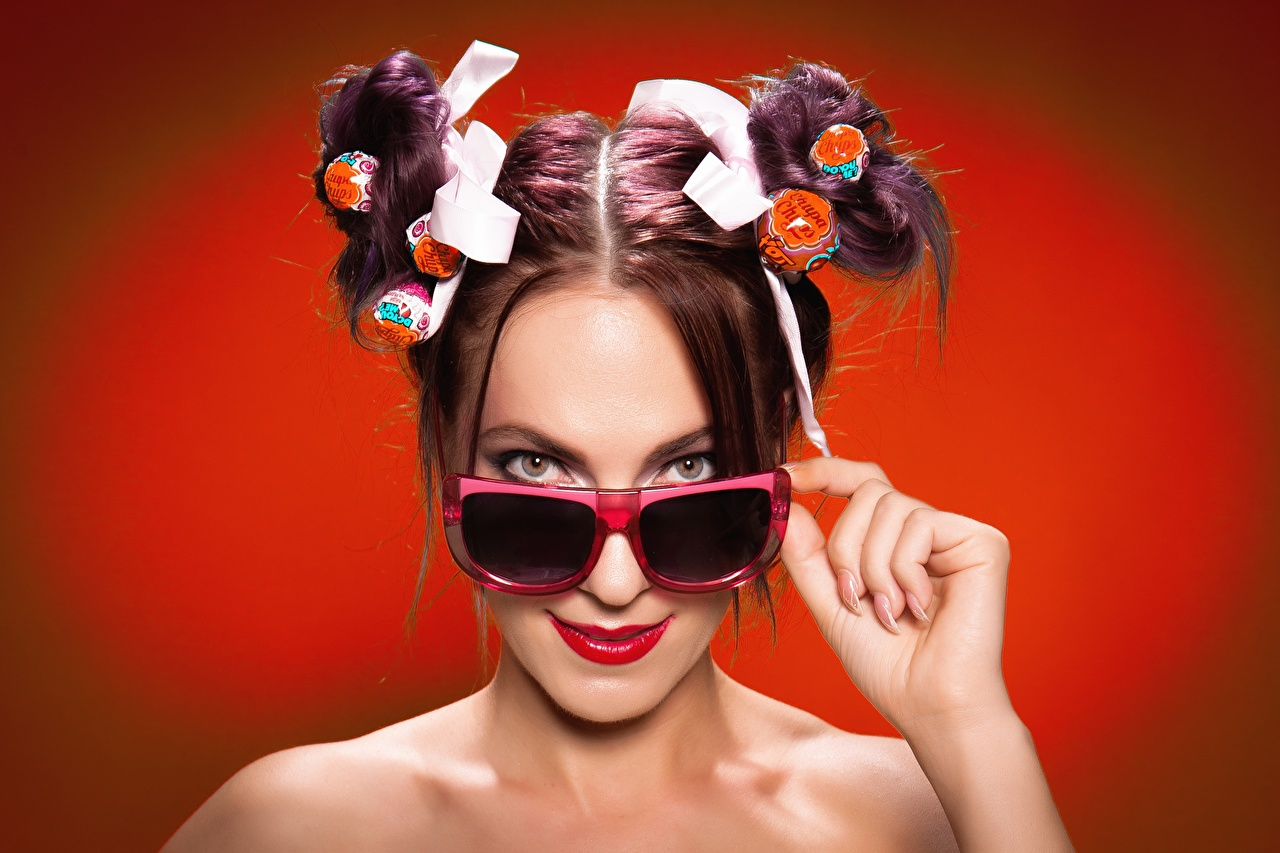 Картинка Шатенка Chupa Chups прически девушка Очки Взгляд Красный фон шатенки Причёска Девушки молодые женщины молодая женщина очках очков смотрят смотрит красном фоне