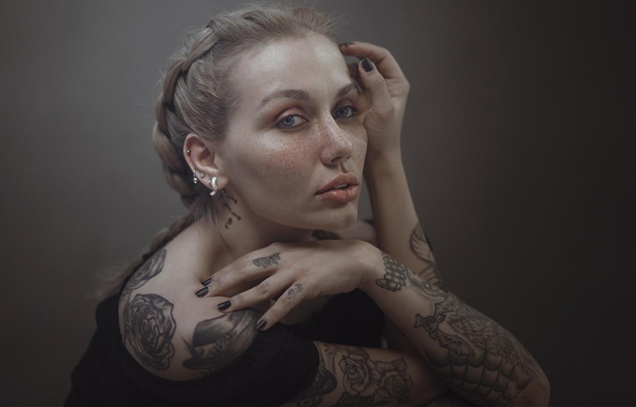 Фото Татуировки Русые Hosein Shirvani молодая женщина Руки смотрят тату татуировка русая русых девушка Девушки молодые женщины рука Взгляд смотрит