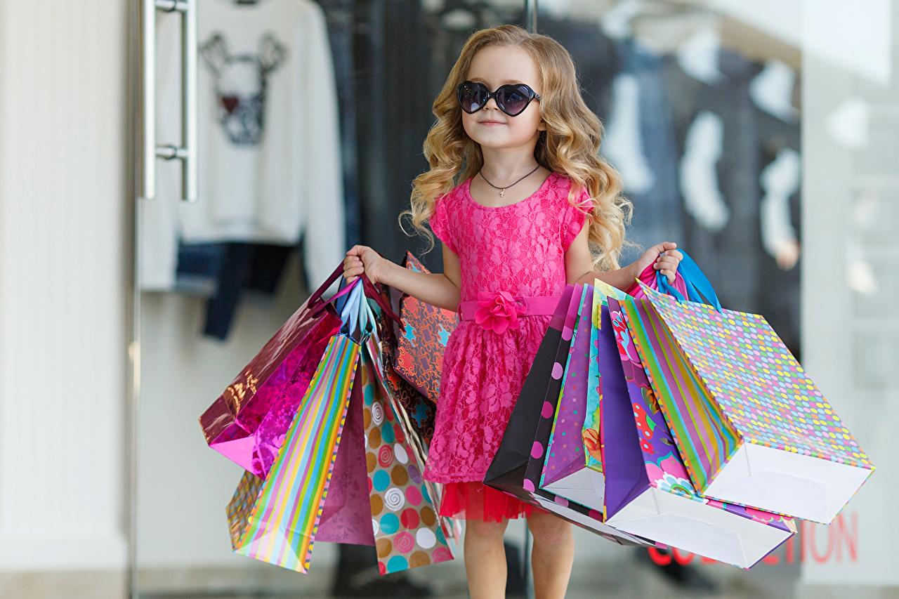 Фотография Девочки купили Бумажный пакет ребёнок очках платья девочка покупка Покупки покупать Дети Очки очков Платье