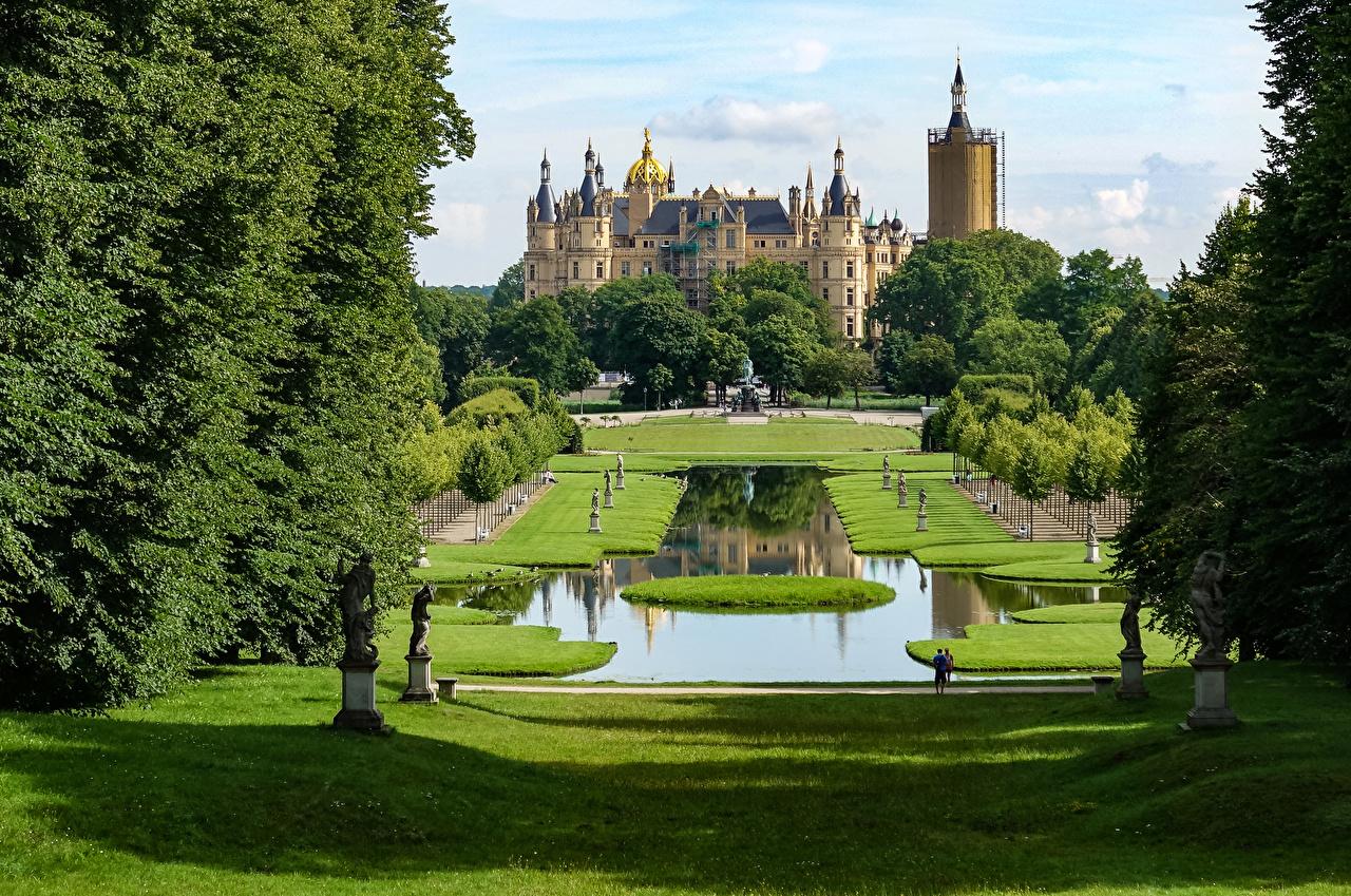 Фото Германия Schwerin Castle Замки Пруд Парки Газон город Скульптуры парк газоне Города