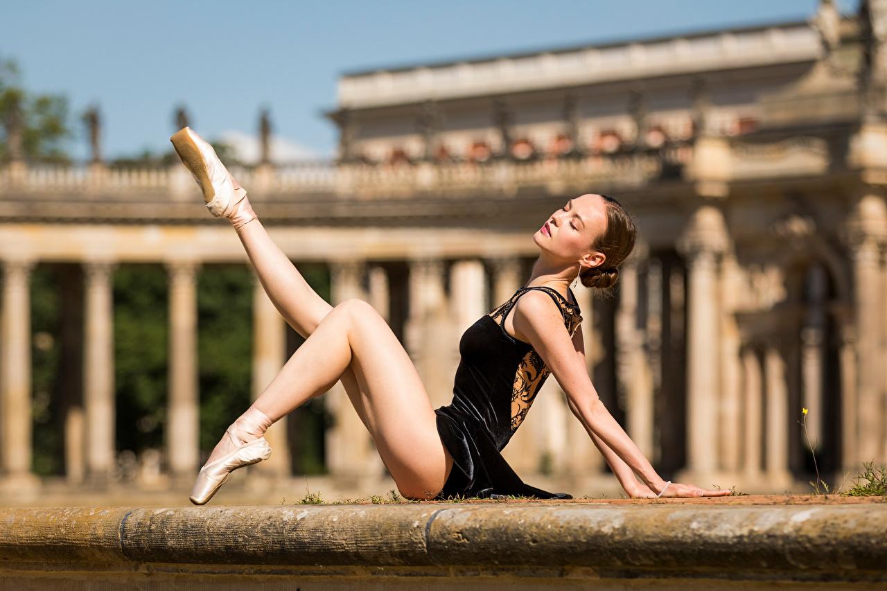 Фото Балет боке молодые женщины Ноги сидящие балета балете Размытый фон девушка Девушки молодая женщина ног сидя Сидит