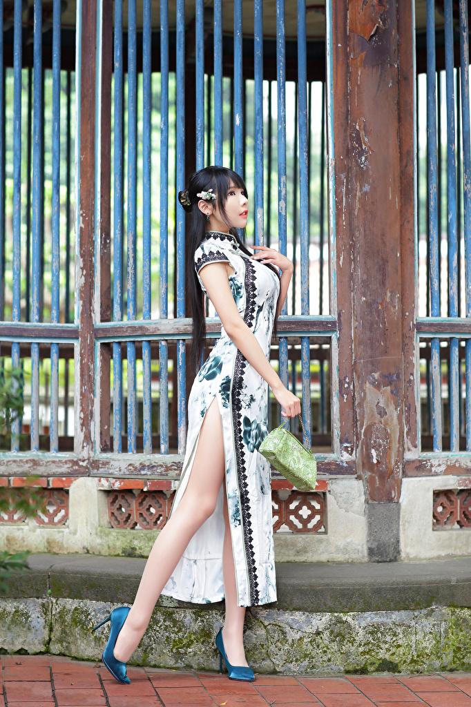 Фотографии Поза красивый девушка ног Азиаты Платье Туфли  для мобильного телефона позирует красивая Красивые Девушки молодая женщина молодые женщины Ноги азиатки азиатка платья туфель туфлях