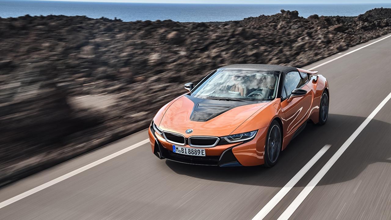 Картинки BMW i8 2018 Родстер оранжевые едущий Автомобили БМВ оранжевых Оранжевый оранжевая едет едущая скорость Движение авто машина машины автомобиль