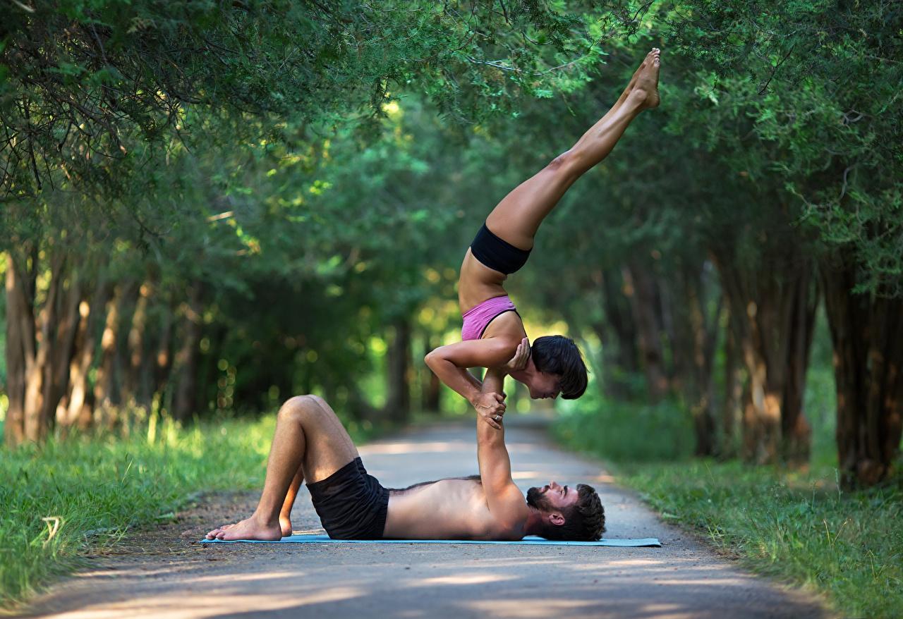 Фотографии Мужчины Тренировка 2 Спорт Девушки Гимнастика Ноги Физические упражнения Двое вдвоем