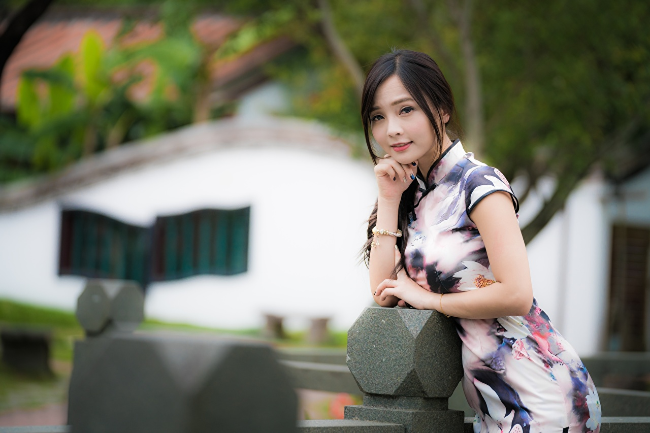 Картинки брюнетки Размытый фон позирует девушка азиатки Руки Платье брюнеток Брюнетка боке Поза Девушки молодые женщины молодая женщина Азиаты рука платья