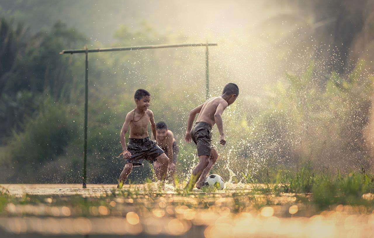 Фотографии Мальчики Туман Ребёнок Футбол Азиаты с брызгами втроем мальчик мальчишки мальчишка Дети тумана тумане Брызги три Трое 3