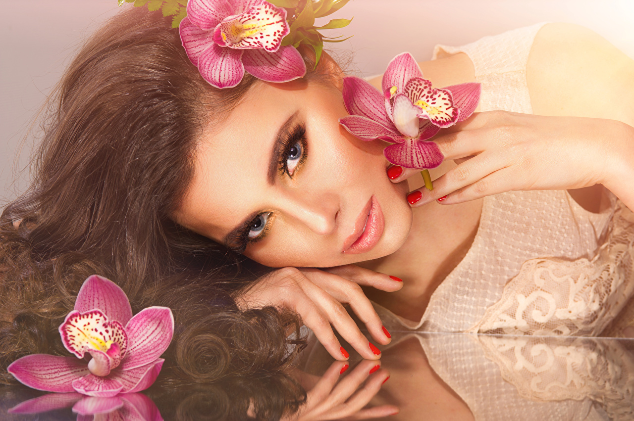 Фотография шатенки Лицо Волосы Девушки Орхидеи смотрит Шатенка лица волос орхидея девушка молодые женщины молодая женщина Взгляд смотрят