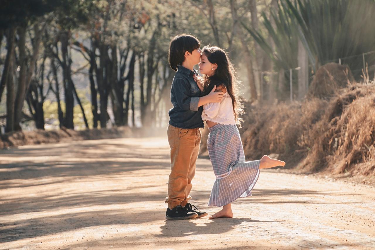 Фотография Девочки мальчик ребёнок поцелуи Двое обнимает девочка Мальчики мальчишки мальчишка Дети целует Поцелуй целование целоваться 2 две два вдвоем Объятие обнимаются