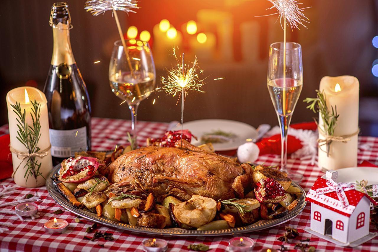 Фотографии Новый год Бенгальские огни Игристое вино Курица запеченная Свечи Бокалы Бутылка Продукты питания Праздники накрытия стола Рождество Шампанское Еда Пища бокал бутылки Сервировка