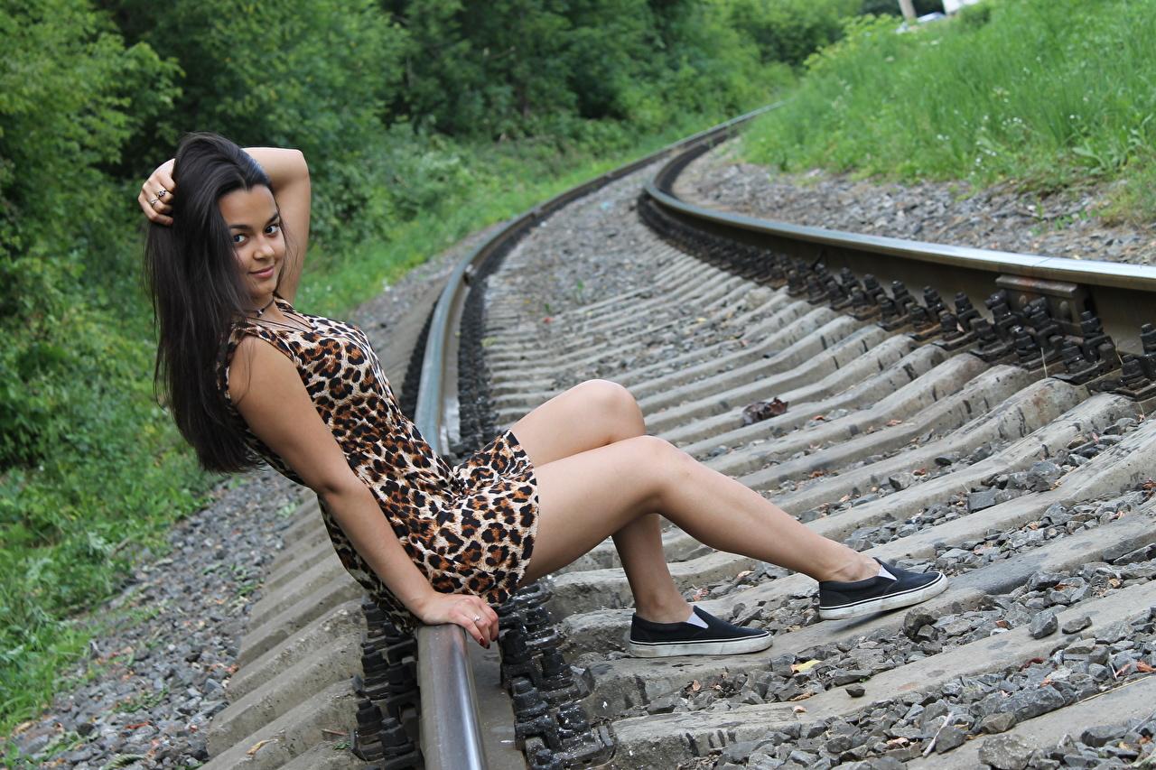 Фотографии брюнеток Рельсы улыбается молодые женщины Ноги Руки Сидит платья брюнетки Брюнетка Улыбка рельсах девушка Девушки молодая женщина ног рука сидя сидящие Платье