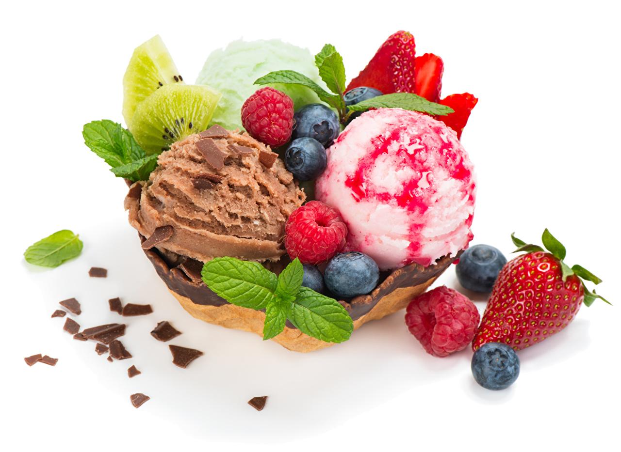 Картинка Шоколад Мороженое Малина Черника Клубника Шарики Продукты питания Сладости белом фоне Шар Еда Пища Белый фон белым фоном сладкая еда