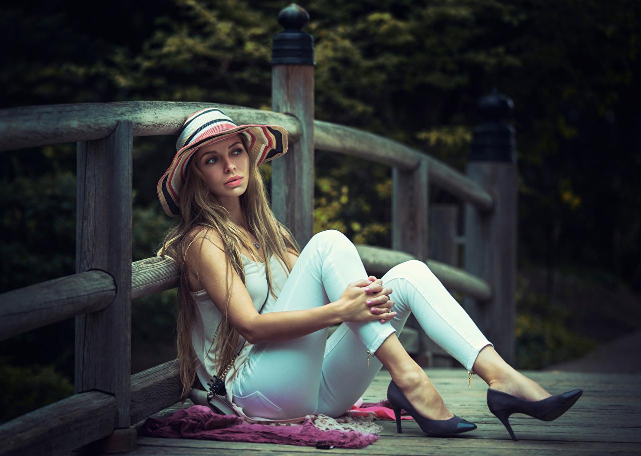 Картинка русых Шляпа молодая женщина Ноги забора Руки сидящие Туфли Русые русая шляпы шляпе девушка Девушки молодые женщины ног Забор ограда забором рука сидя Сидит туфель туфлях