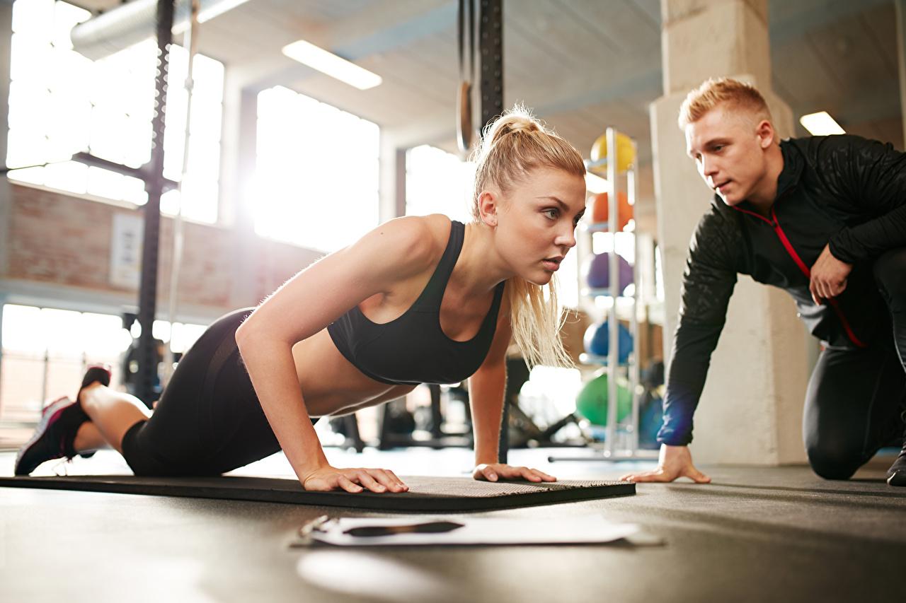 Обои Отжимание Физические упражнения Тренер Фитнес Спорт Девушки Тренировка