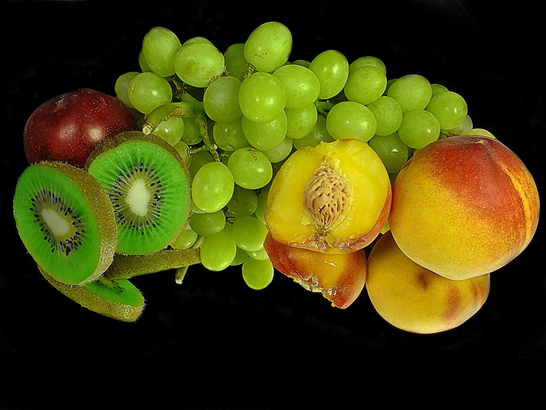 Фото Киви Персики Виноград Отражение Продукты питания Черный фон отражении отражается Еда Пища на черном фоне
