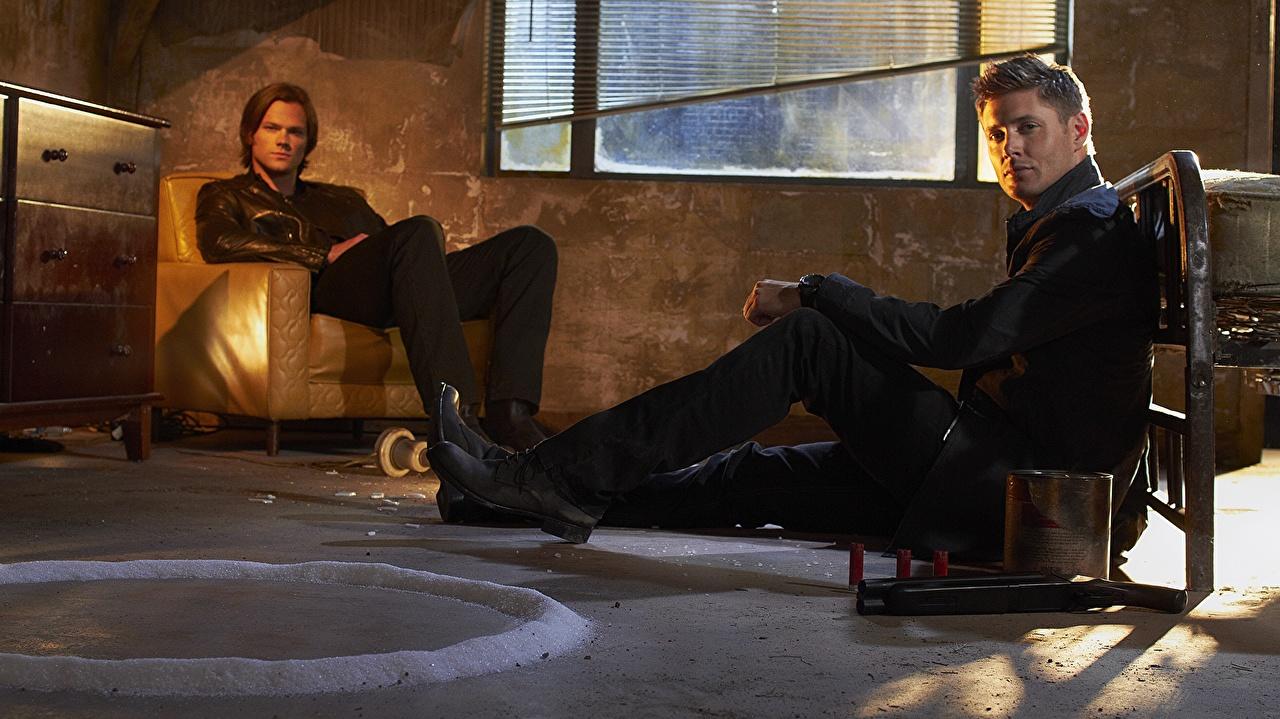 Обои для рабочего стола Сверхъестественное Jensen Ackles Jared Padalecki Мужчины Фильмы Сидит Знаменитости Дженсен Эклс Джаред Падалеки мужчина кино сидя сидящие