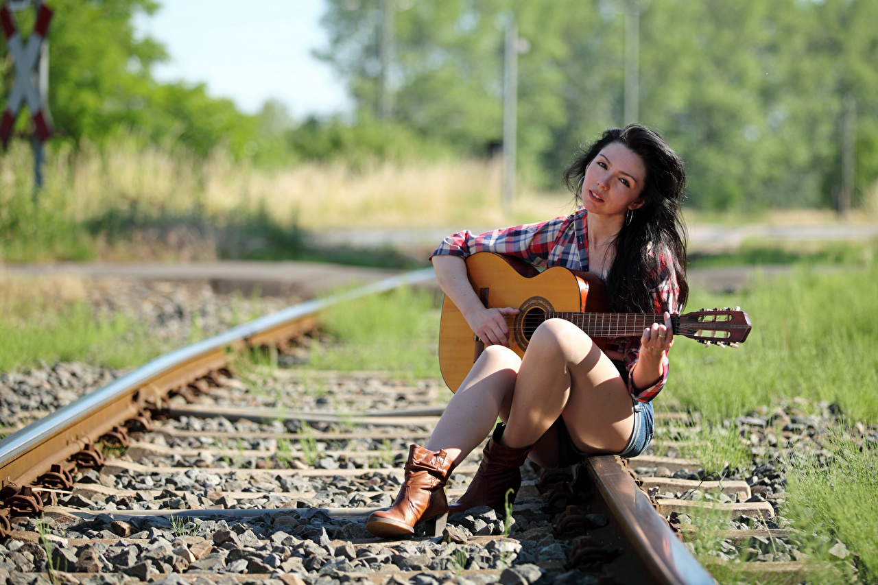 Фотография брюнетки Гитара Рельсы боке рубашке девушка Ноги сидящие Взгляд Брюнетка брюнеток гитары с гитарой рельсах Размытый фон Рубашка рубашки Девушки молодая женщина молодые женщины ног сидя Сидит смотрит смотрят