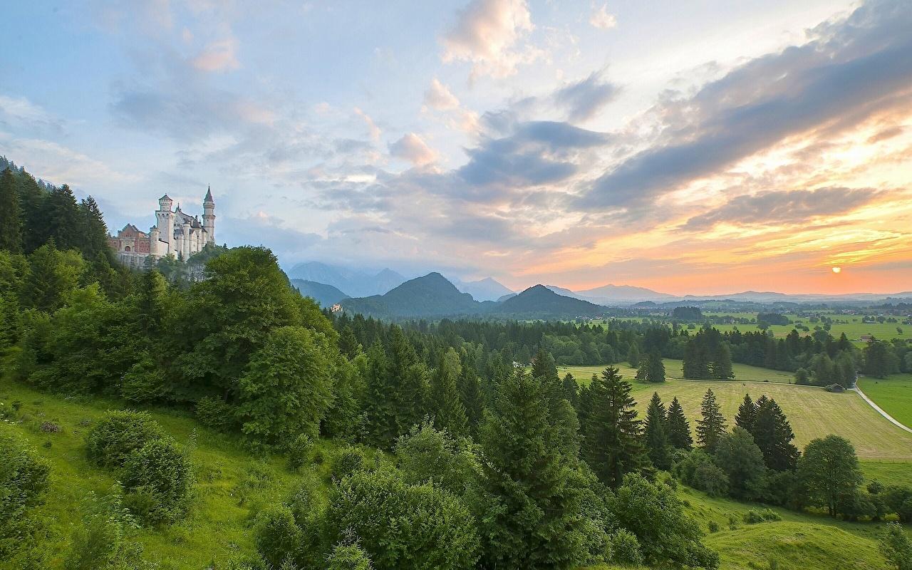 Фото Бавария Нойшванштайн Германия Горы Природа Небо Пейзаж Рассветы и закаты облако Облака облачно