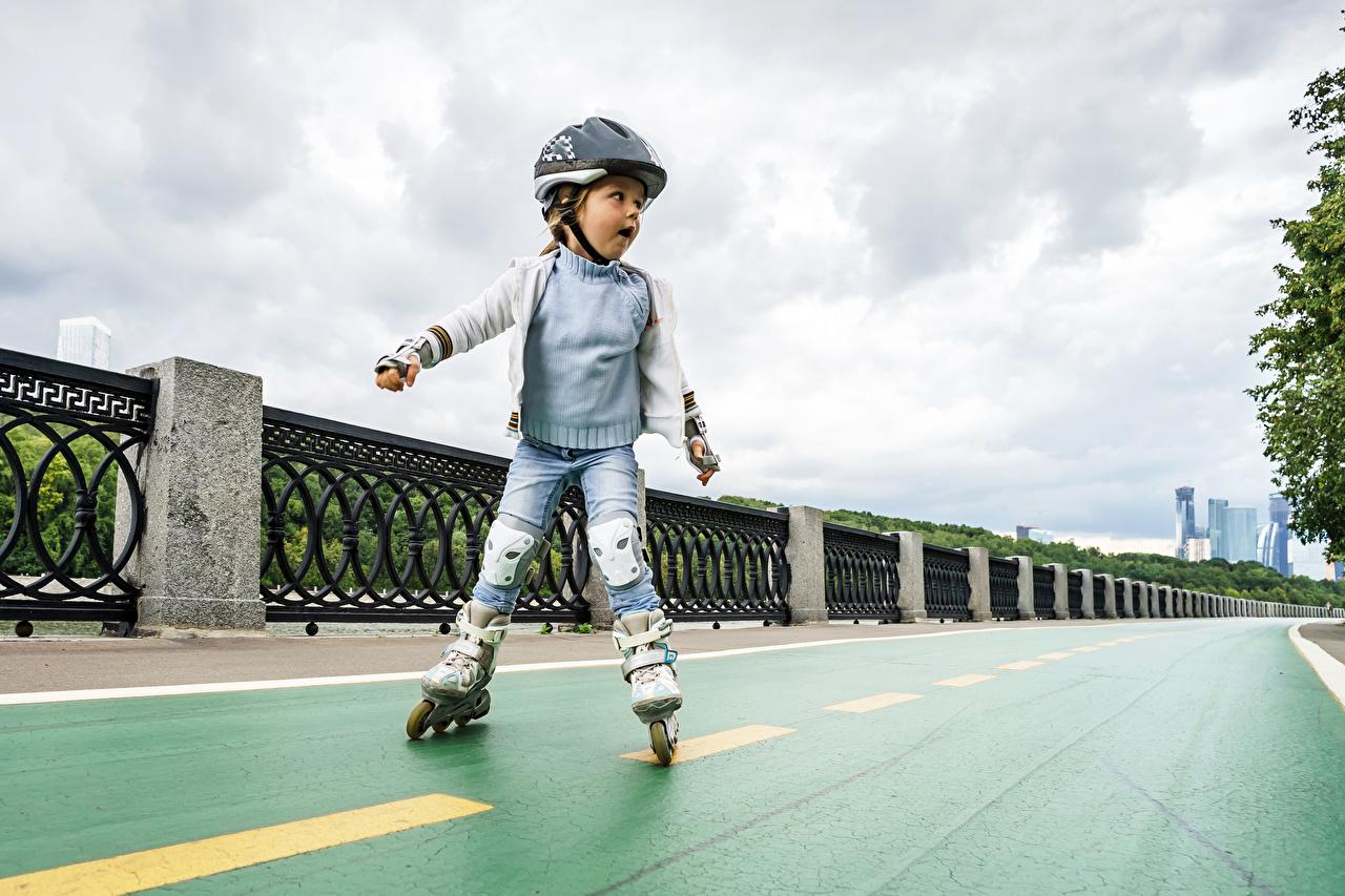 Картинка девочка шлема ребёнок Ролики Забор Униформа Девочки Шлем в шлеме Дети роликах роликами Роликовые коньки ограда забора забором униформе