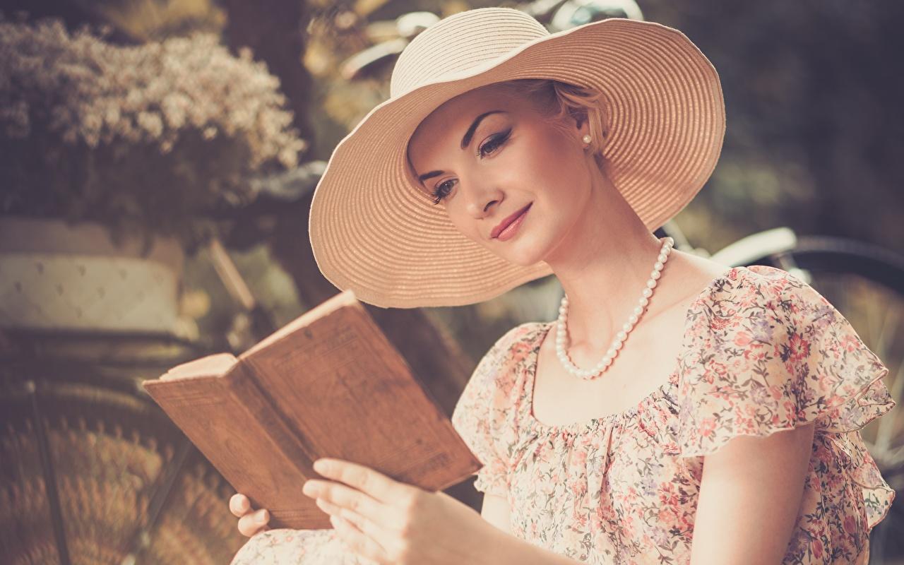 Картинки молодая женщина Размытый фон Шляпа Читает Ожерелье Книга девушка Девушки молодые женщины боке шляпы шляпе чтение ожерелья ожерельем книги