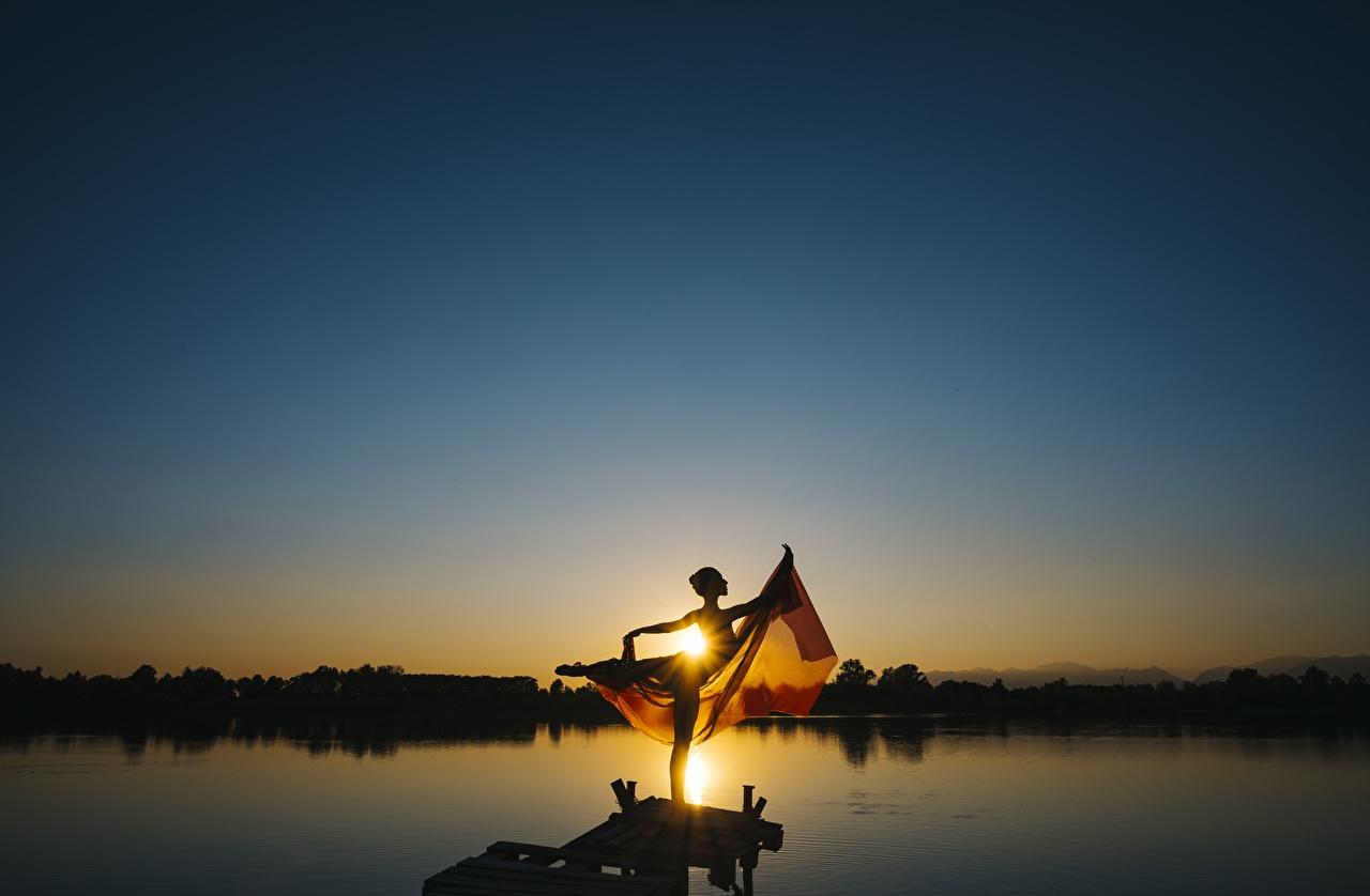 Фотография Лучи света Балет Танцы Силуэт Солнце девушка Озеро рассвет и закат балете балета танцуют танцует силуэты силуэта солнца Девушки молодые женщины молодая женщина Рассветы и закаты