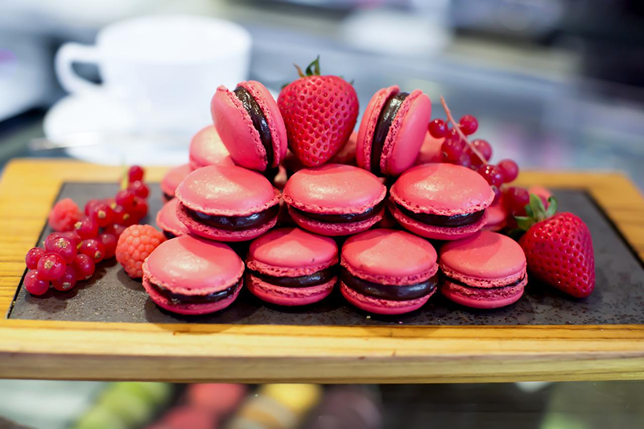 Фото Макарон Розовый Клубника Смородина Продукты питания Сладости розовых розовые розовая Еда Пища