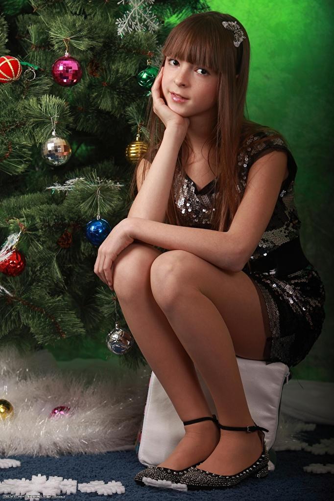 Фото Шатенка Рождество Девушки Ноги Шарики сидящие Взгляд Новый год Шар Сидит смотрит