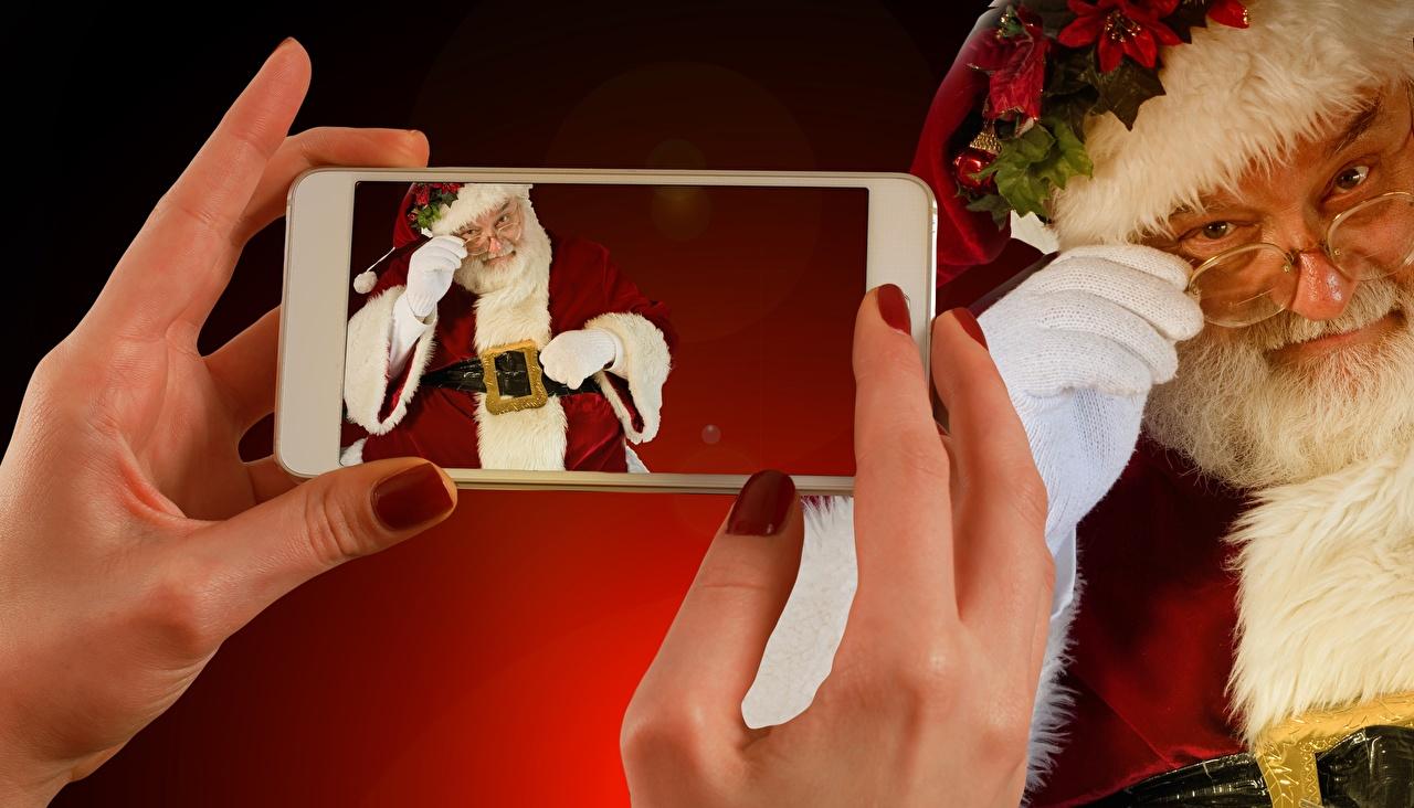Фотографии Рождество Маникюр Смартфон Дед Мороз Очки Руки Пальцы Новый год Санта-Клаус