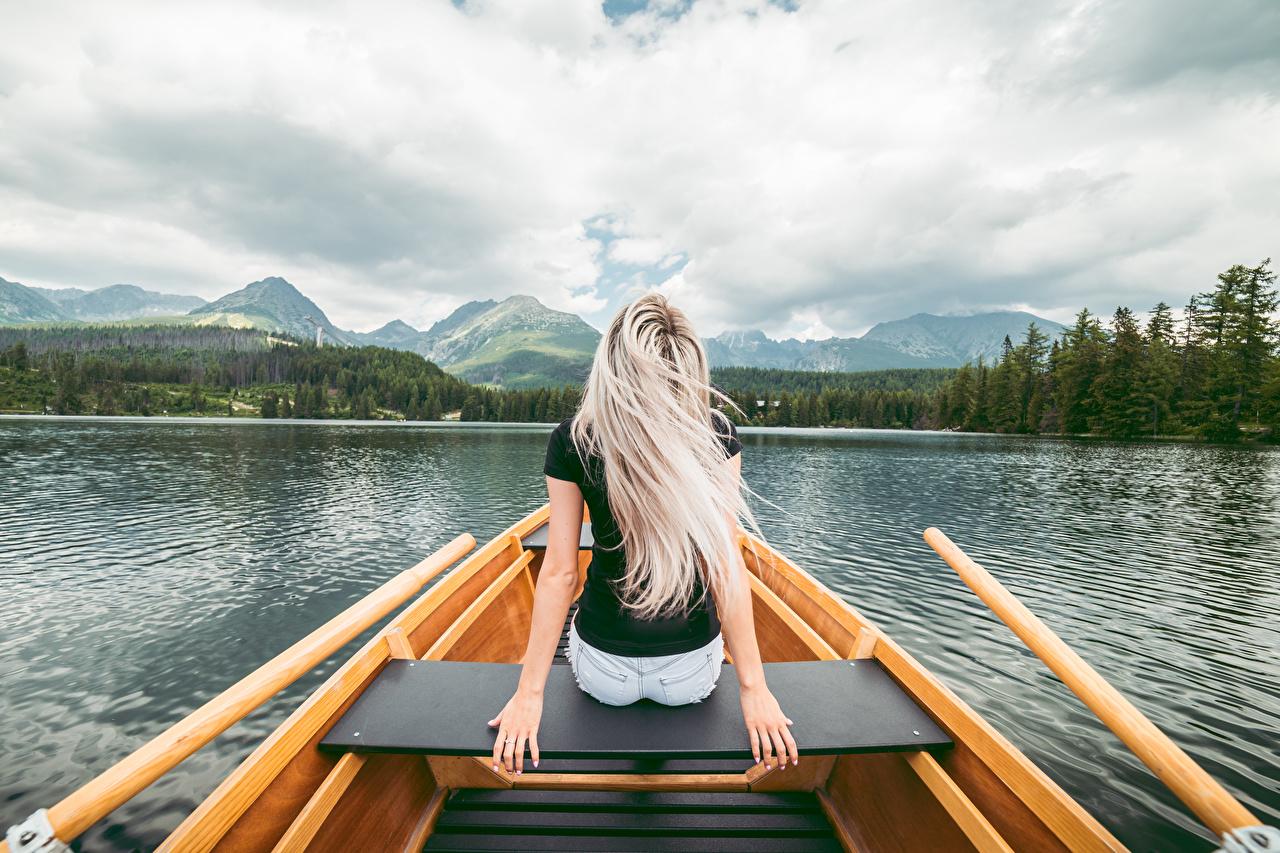 Фотографии блондинки молодые женщины Озеро рука Сзади Лодки сидящие блондинок Блондинка девушка Девушки молодая женщина Руки сидя Сидит вид сзади