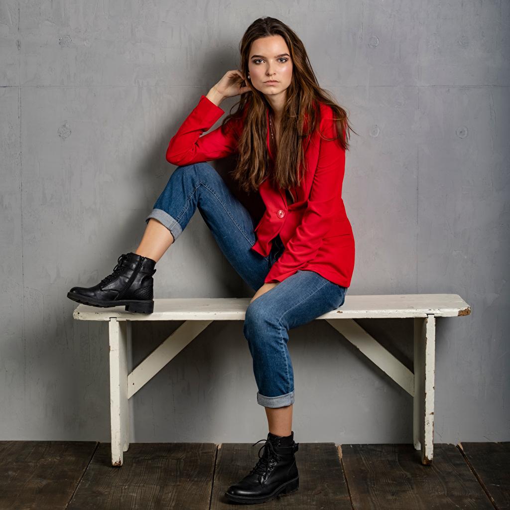 Фотография Meggi Ботинки девушка Джинсы Сидит Скамейка Пиджак смотрят ботинка Девушки ботинках молодая женщина молодые женщины джинсов сидя Скамья сидящие Взгляд смотрит