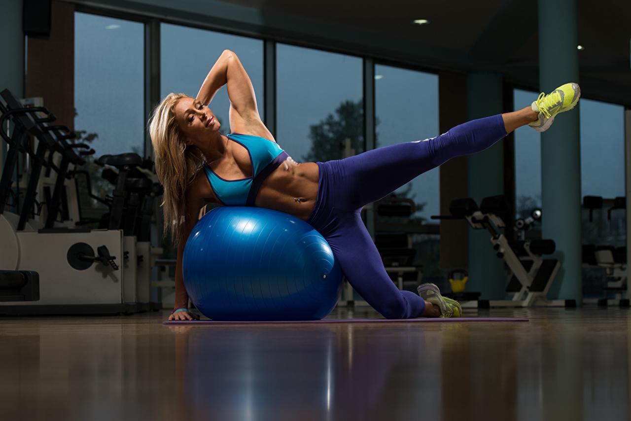 Картинки Блондинка Фитнес Спорт Девушки Кроссовки Ноги Мяч Униформа