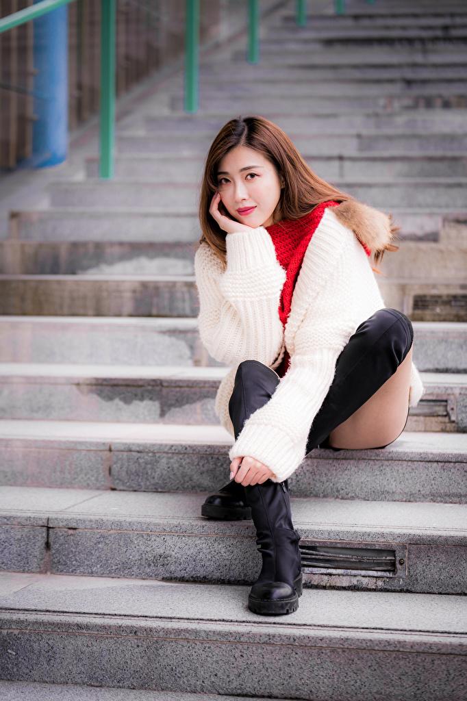 Фотографии сапогах Девушки Лестница Ноги Азиаты сидя Взгляд  для мобильного телефона сапог Сапоги сапогов девушка лестницы молодая женщина молодые женщины ног азиатки азиатка Сидит сидящие смотрит смотрят