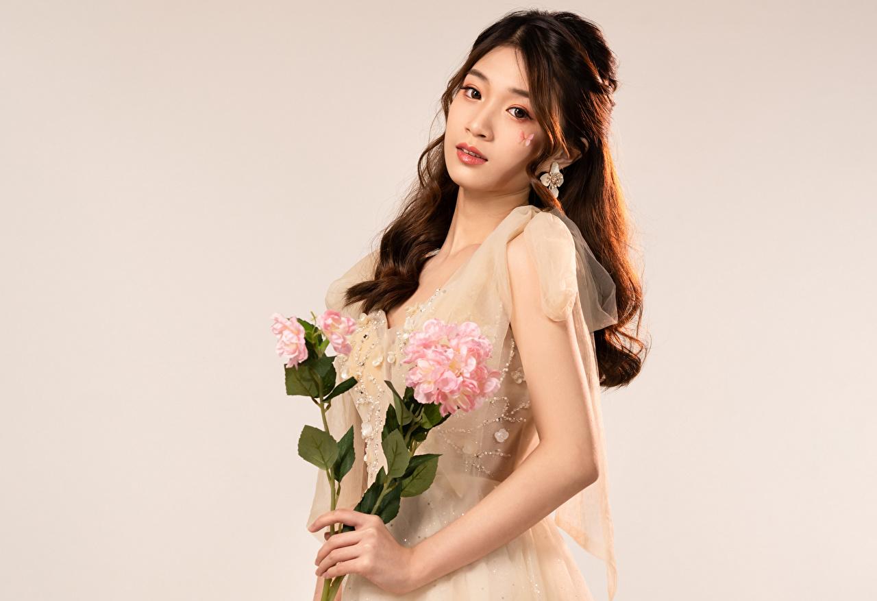 Картинка Букеты молодая женщина Азиаты Взгляд букет девушка Девушки молодые женщины азиатки азиатка смотрит смотрят