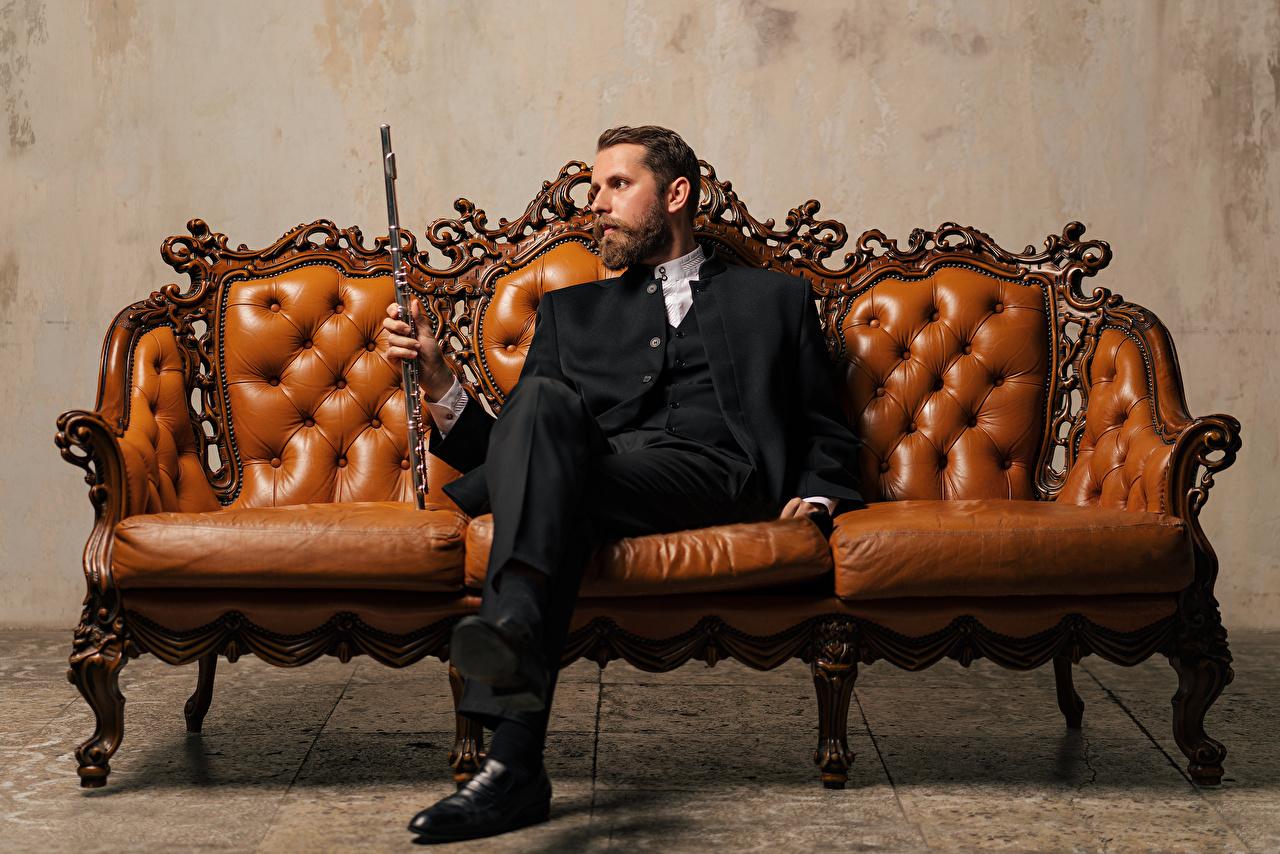 Фотографии Мужчины Yaroslav Kotov сидя Диван костюме мужчина Сидит Костюм диване костюма сидящие классический костюм