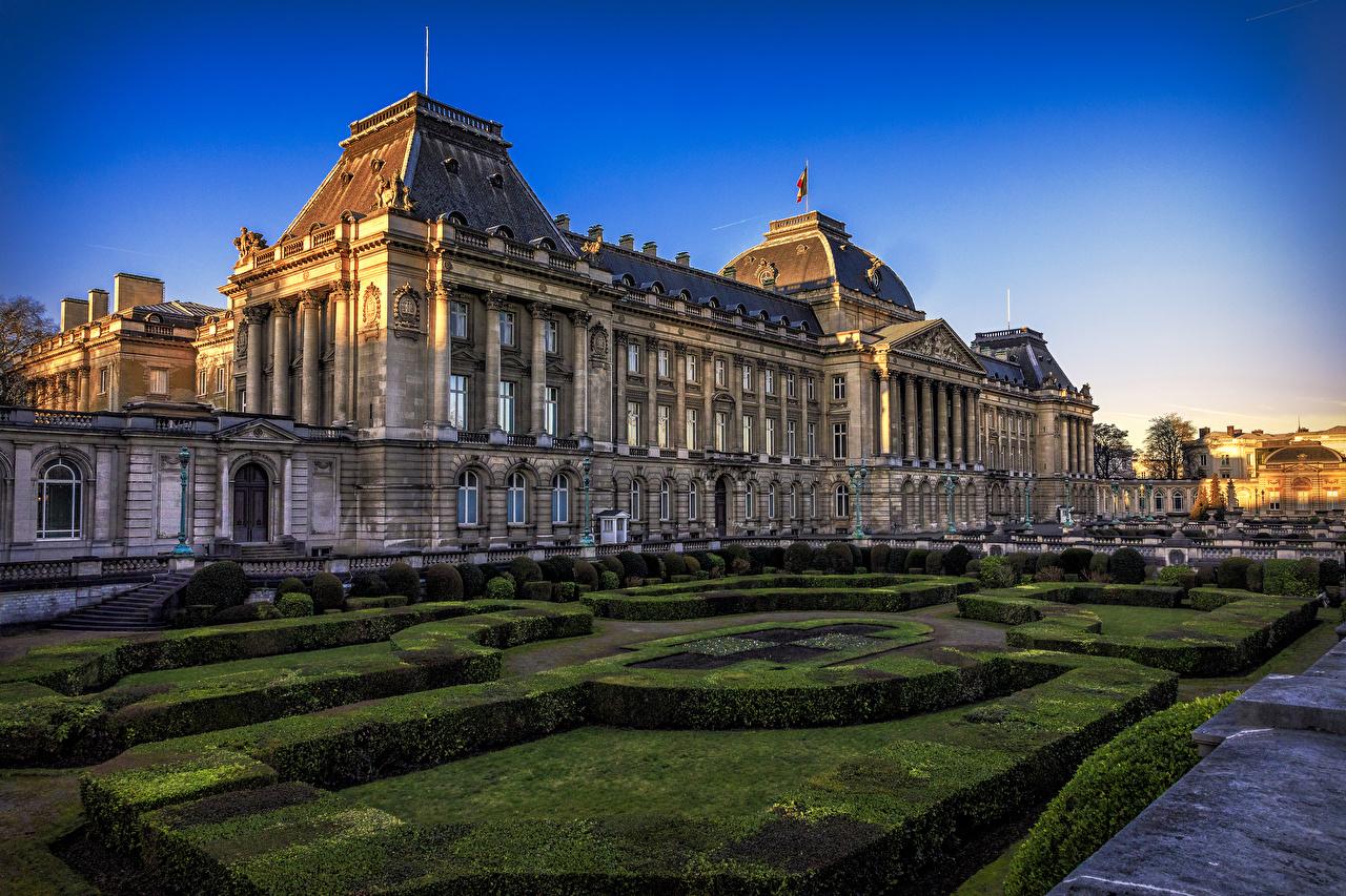Обои для рабочего стола Дворец Бельгия Royal Palace Brussels Вечер Дома Кусты Города Ландшафтный дизайн дворца город кустов Здания