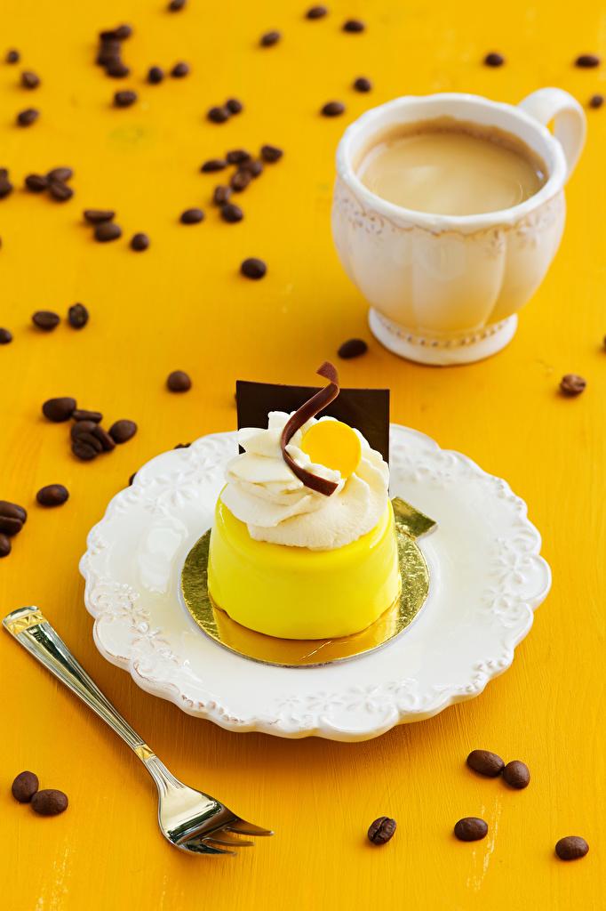 Картинка Кофе Капучино зерно Еда Чашка вилки тарелке Пирожное Зерна Пища чашке Тарелка Вилка столовая Продукты питания