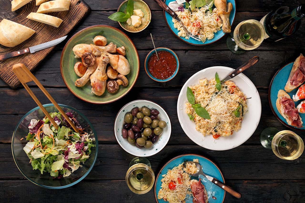 Фотография Оливки Хлеб Кетчуп Курица запеченная Салаты Продукты питания Сервировка Доски Еда Пища накрытия стола