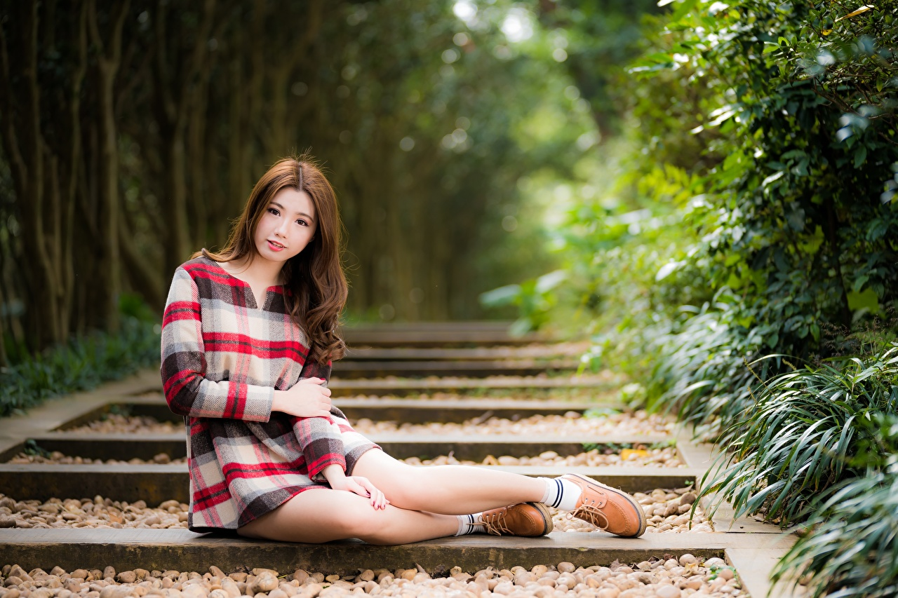 Картинки шатенки боке молодые женщины Ноги Азиаты Руки сидящие Шатенка Размытый фон девушка Девушки молодая женщина ног азиатки азиатка рука сидя Сидит