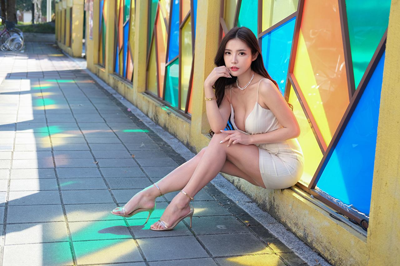 Фото Девушки Ноги азиатка сидящие Взгляд платья девушка молодая женщина молодые женщины ног Азиаты азиатки сидя Сидит смотрит смотрят Платье