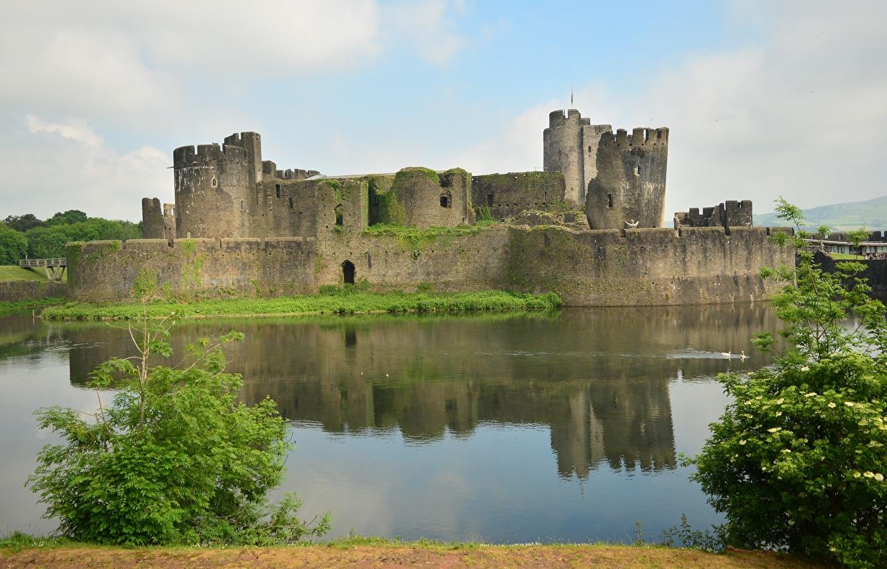 Обои для рабочего стола Великобритания Wales, Cardiff, Castle Caerphilly Замки Пруд Руины Города замок Развалины город