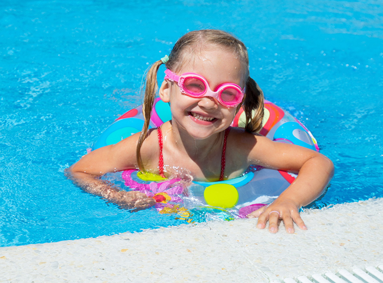 Обои для рабочего стола девочка Бассейны Улыбка Дети очков Девочки Плавательный бассейн улыбается ребёнок Очки очках