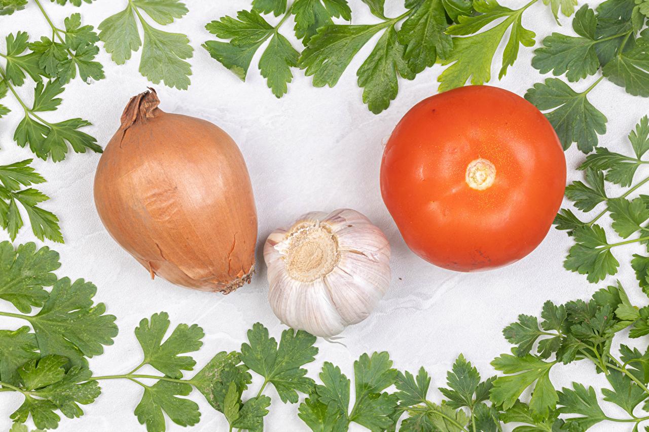 Фото Томаты Лук репчатый Чеснок Еда Овощи белом фоне Помидоры Пища Продукты питания Белый фон белым фоном
