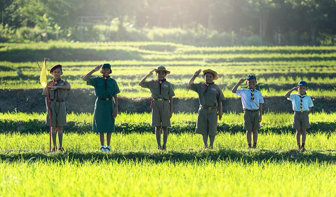 Фотография Девочки Мальчики скаута Улыбка Дети шляпе Флаг азиатки Трава Шорты Униформа девочка мальчик мальчишки мальчишка Скаут скауты улыбается ребёнок Шляпа шляпы флага Азиаты азиатка шорт траве шортах униформе