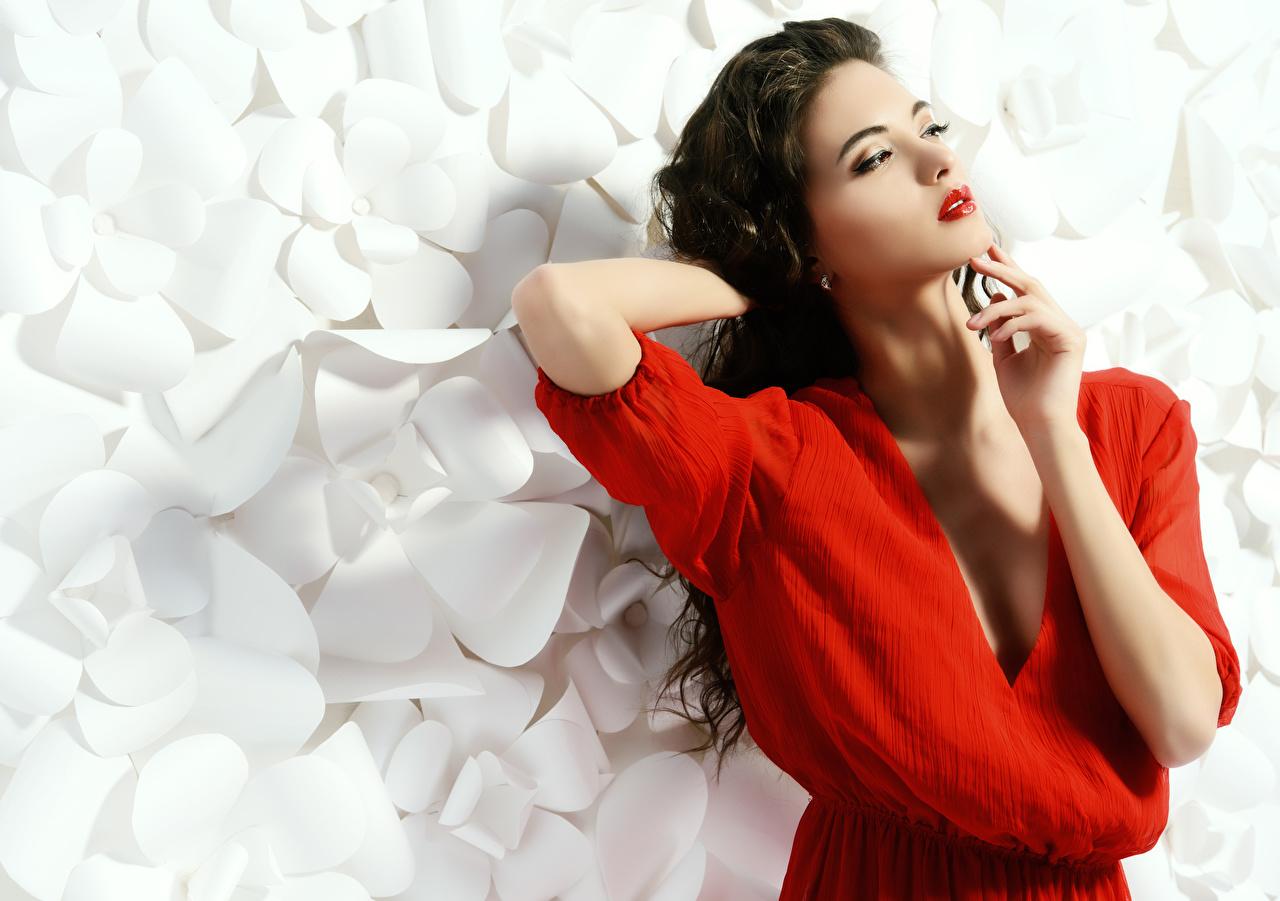 Картинка Брюнетка Макияж Поза молодые женщины рука Красные губы брюнетки брюнеток мейкап косметика на лице позирует девушка Девушки молодая женщина Руки красными губами