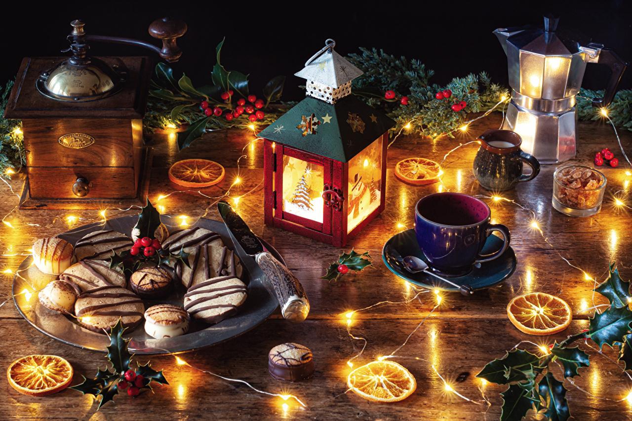 Картинки Рождество Чайник Ягоды Свечи Ветки Чашка Печенье Продукты питания Электрическая гирлянда Натюрморт Новый год Еда Пища ветвь ветка чашке на ветке Гирлянда