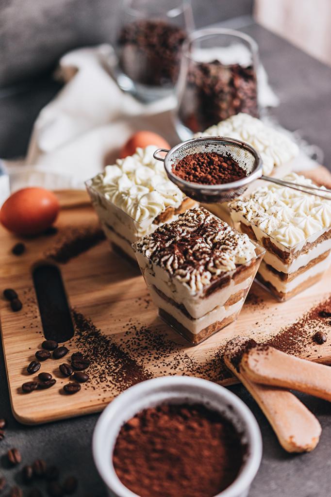 Картинки Tiramisu Кофе Какао порошок зерно Десерт Еда разделочной доске Пирожное  для мобильного телефона Зерна Пища Продукты питания Разделочная доска