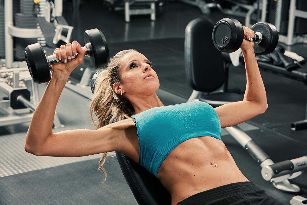 Фото физическое упражнение Фитнес Спорт девушка Гантели Руки живота Тренировка тренируется Девушки гантель гантеля гантелей гантелями спортивный спортивные спортивная молодые женщины молодая женщина рука Живот