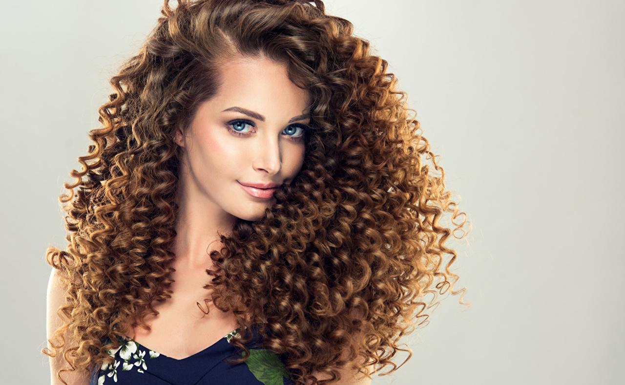 Фотографии Шатенка Красивые Волосы Девушки смотрит Серый фон Взгляд