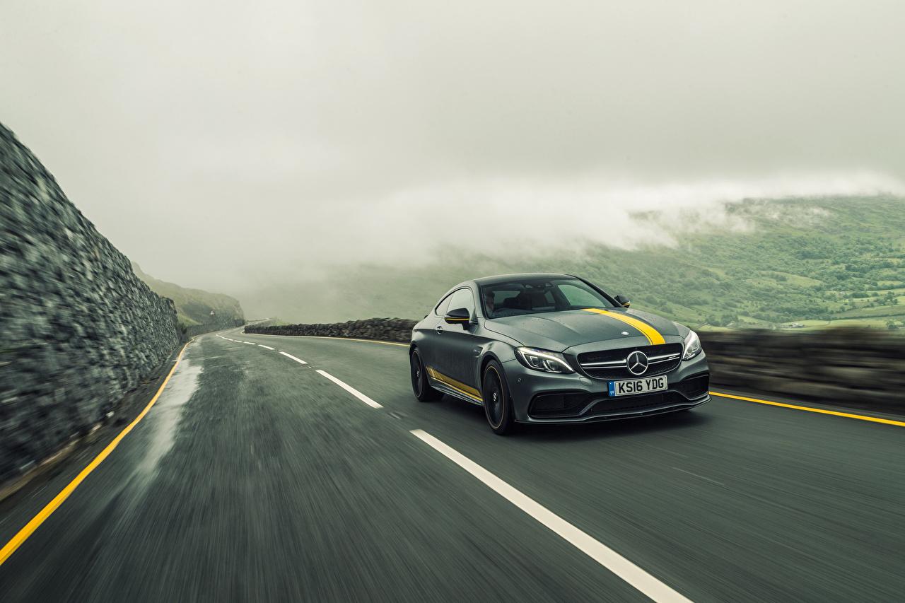 Фотографии Мерседес бенц C-Class AMG C205 Купе Серый едущий Автомобили Mercedes-Benz скорость Движение Авто Машины